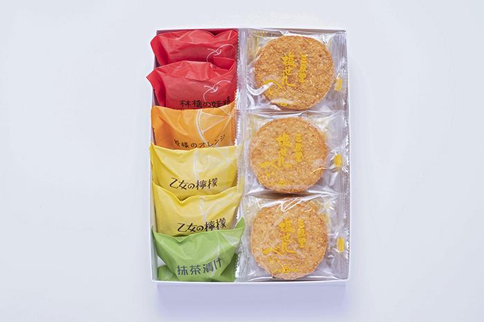 焼菓子と塩せんべいの詰め合わせの写真